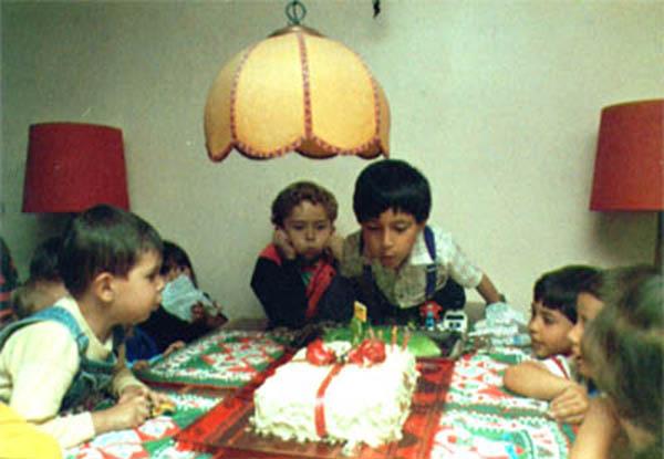 """Juan David Martínez   """"1991.Hacer el ponquéde cumpleaños era una especie de ritual en la casa. Todos los años eran distintos y se decoraba con dulces,también lo acompañaba un molde de gelatina con forma de árbol de navidad para que todos los invitados pudieran comer."""""""