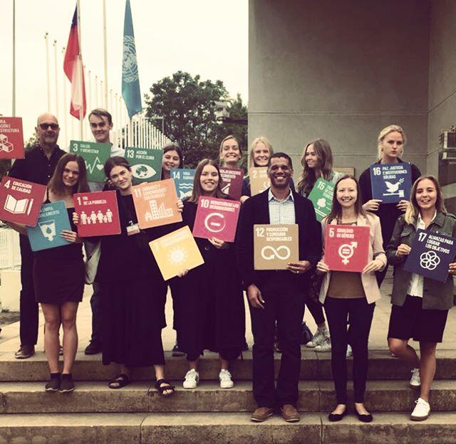 Spanska & Internationellt Utvecklingssamarbete besöker FN i Santiago de Chile. Under kursens gång gör gruppen intressanta studiebesök. Nästa kurs ht18. Sök på http://www.skarpnacksfolkhogskola.se/