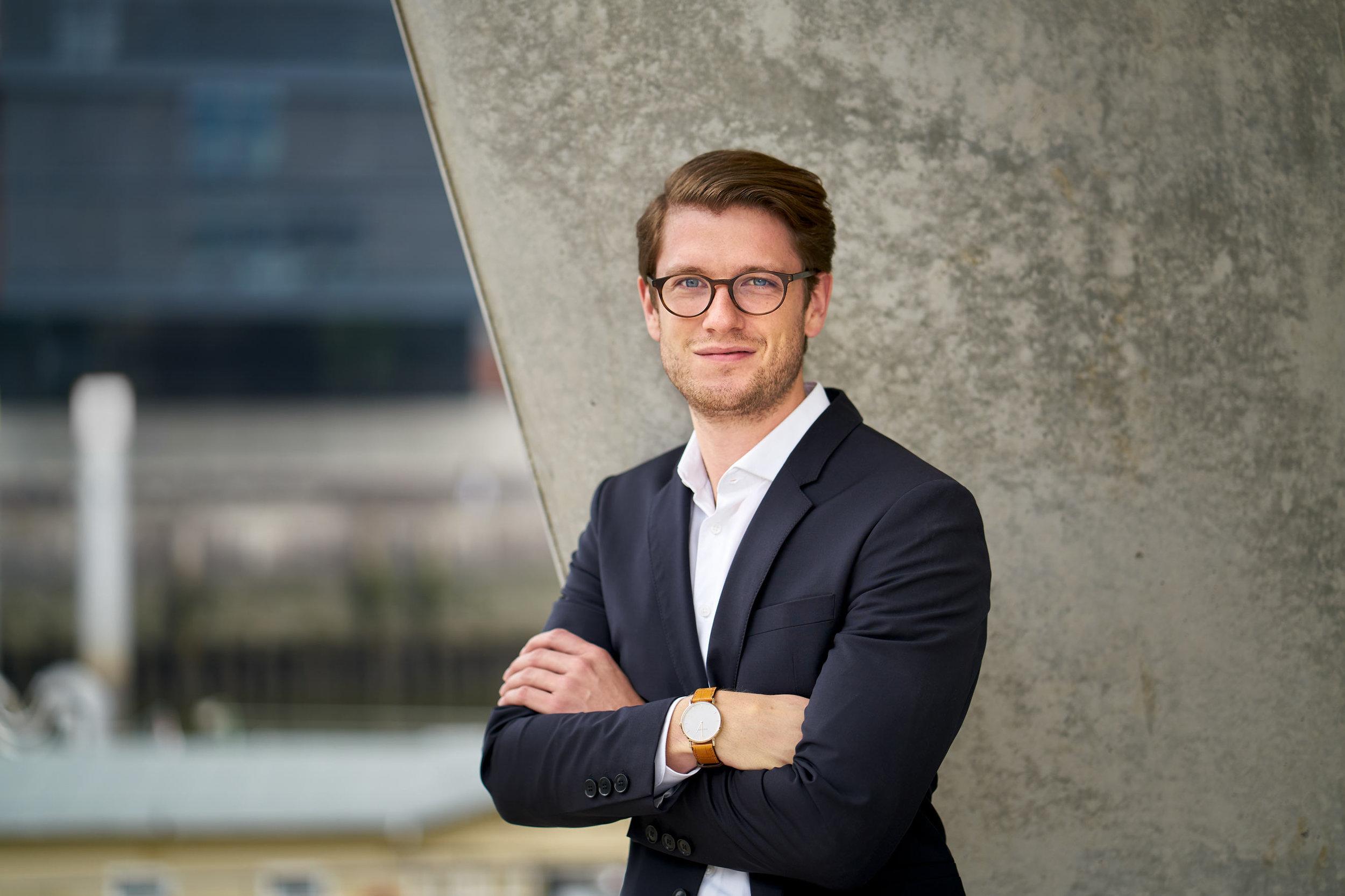 Konzentration auf die Person - Business-Porträt aus Hamburg