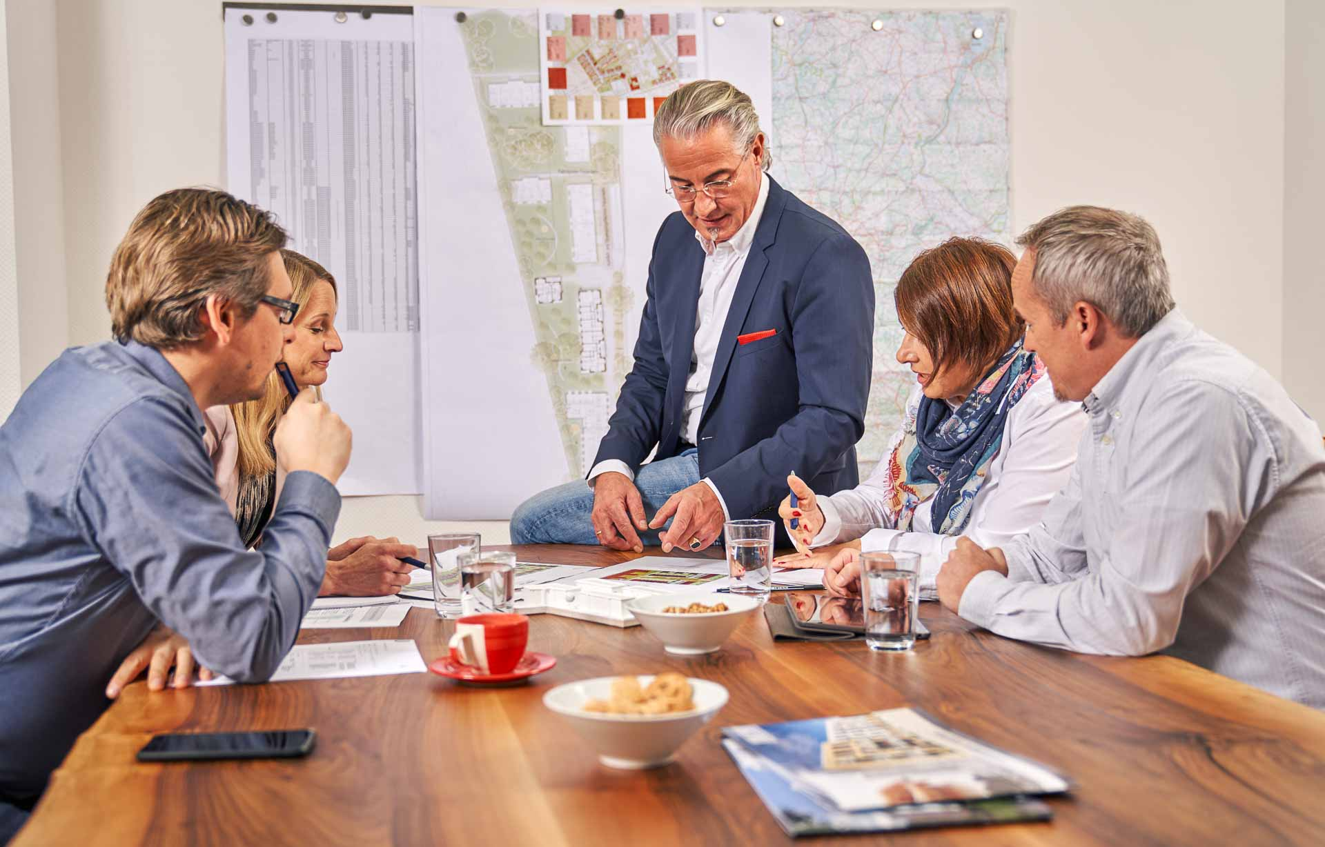 Meetingrunde mit Vorgesetzten. Mitarbeiter hören aufmerksam zu.