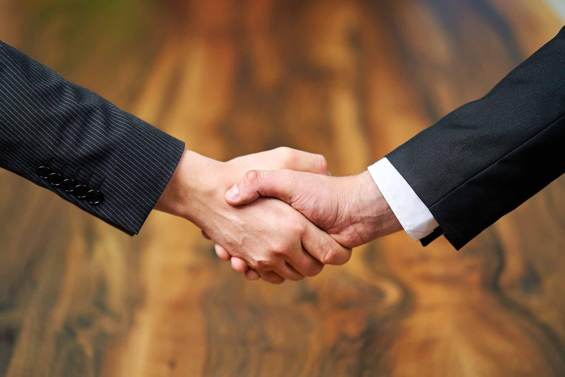 Corporateshooting für die neue Webseite und zur Gewinnung von neuen Mitarbeitern. Fotografiert in einer Villa in Berlin Zehlendorf. Vertrag wurde unterschrieben. Händeschütteln nach Vertragsabschluss.
