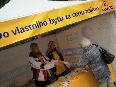 Dobrovolníci KDU-ČSL obsluhují voliče