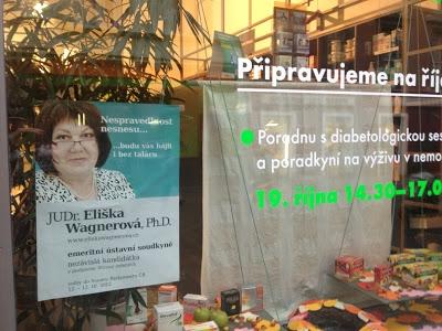 Plakát kandidátky ve výloze obchodu