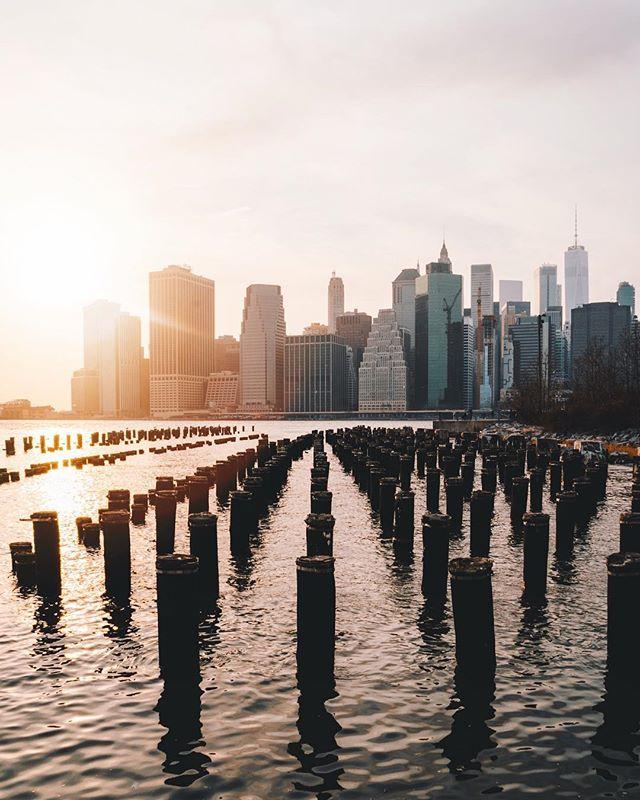 [Manhattan Skyline] • Um dos melhores pores do sol de Nova York está no Brooklyn Bridge Park. É o local ideal para pegar o sol se pondo no East River e passando por trás da skyline de Manhattan, uma das mais famosas do mundo. . One of the best sunsets of New York City is at the Brooklyn Bridge Park. A perfect place for observing and catching the sunset over the East River and behind the Manhattan Skyline, one of the most famous of the World.