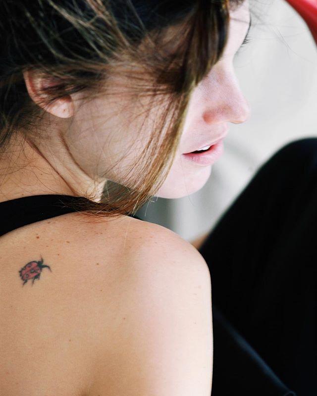 Vou para esse mundo a fora e ela sempre vem comigo 🐞😍 #joana #joaninha #tatoo