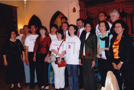 Yogyakarta 2003. Na het concert krijg je cadeaus en ga je met veel vrienden op de foto!