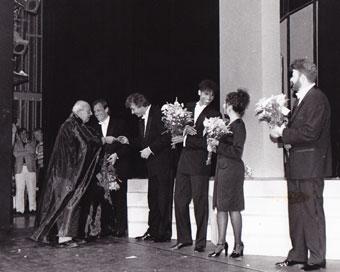 Willem Duys overhandigt de cd 'You're The Top' in de Stadsschouwburg Amsterdam. Reed Gratz (keyb), zangers Perry Dossett, Rolinha Kross en Frank Robert Freeman