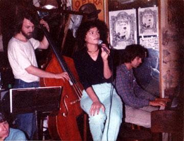 Met Tjitze Vogel en Astrid Seriese in de Runn Inn, 20-08-1981