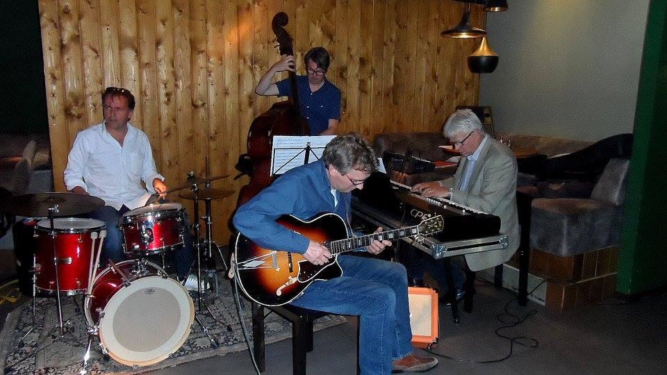With Joost Kesselaar (dr), Erik Robaard (bass) and Joep Lumeij (gt) in Café Leuten. Photo P. Lehwald
