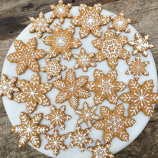 These_were_fun._And_delicious.__gingerbread__snowflakes__royalicing__notwoarethesame_by_jgconfections.jpg