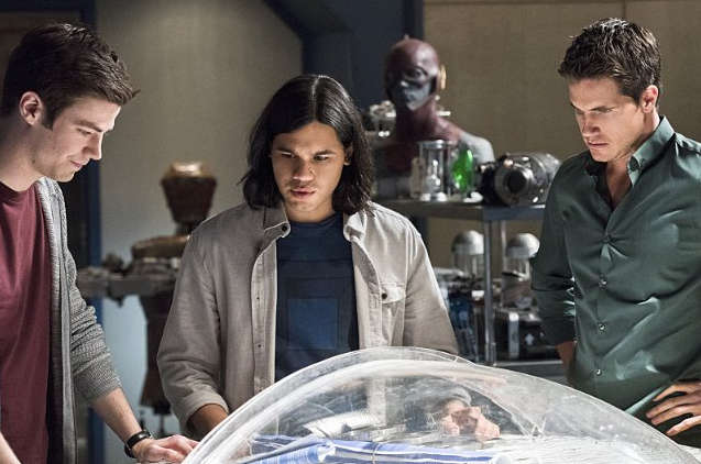 Still of Robbie Amell, Grant Gustin and Carlos Valdes in The Flash (2014)