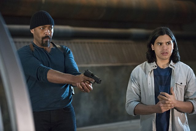 Still of Jesse L. Martin and Carlos Valdes in The Flash (2014)