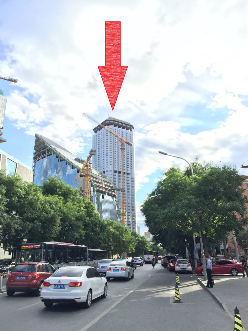 7. By now, you've probably spotted a 50-story building - that's the 京城大厦 (Capital Mansion). Keep heading in that direction.