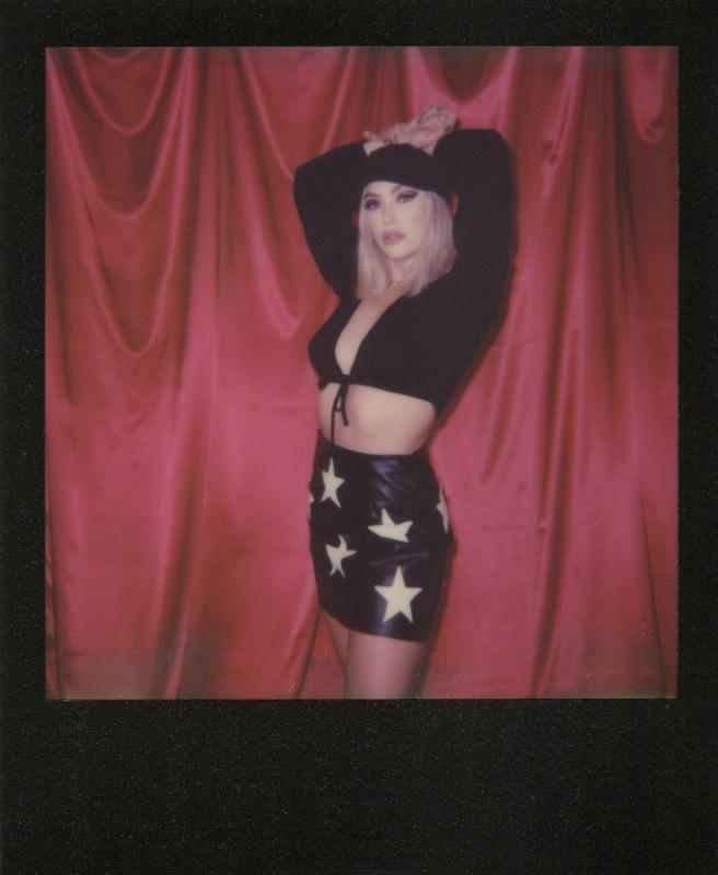 Apphia-Red-Curtain-Black-Frame-Polaroid-casenruiz.jpg