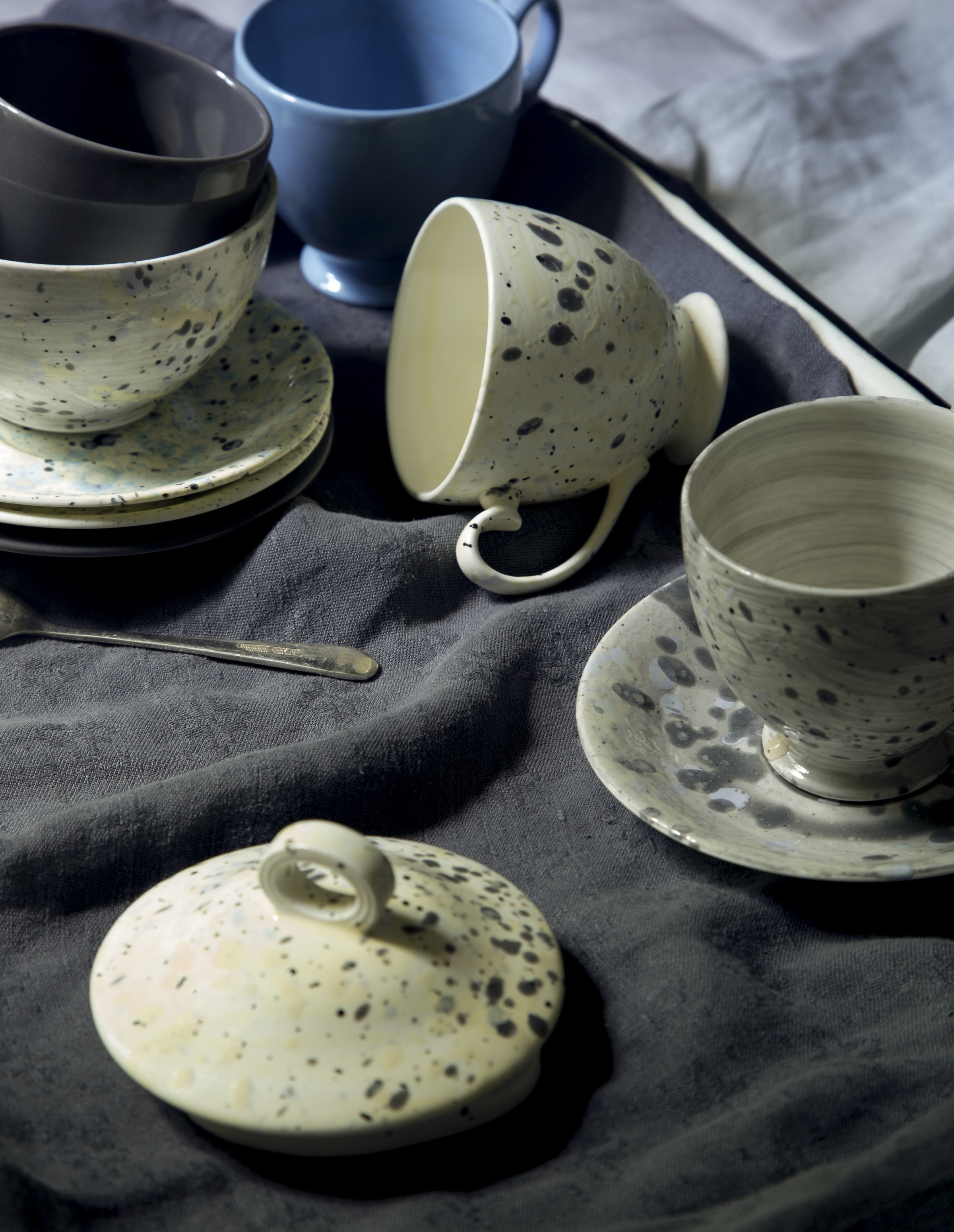 The glaze splattered teacups.
