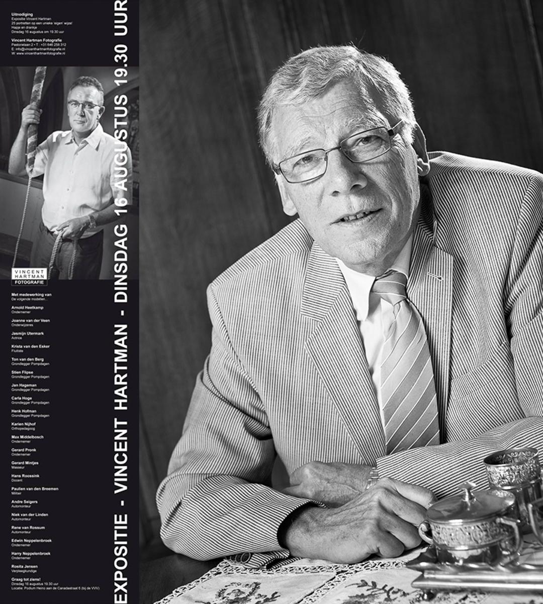 Links de aankondiging van de expositie ter gelegenheid van 25 jaar Pompdagen Heino, rechts het portret van oud Burgemeester van Heino, Ton van den Berg.
