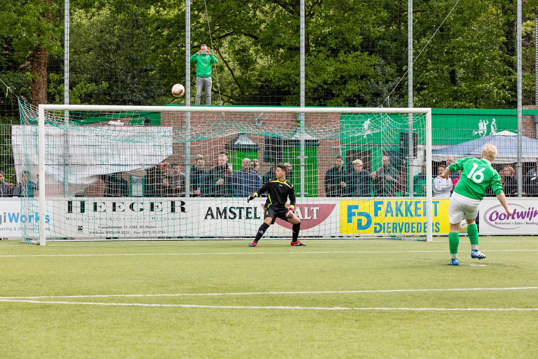 Door na een spannende penalty shoot van het B1 team van gastheer vvHeino te winnen won FC Gobelins uit Frankrijk in 2016 één van de bekers.