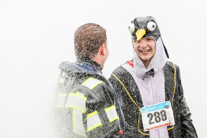 De brandweer zorgde ervoor dat de deelnemers zich even later fris en fruitig aan de finish konden vertonen doormiddel van een krachtige massage douche.