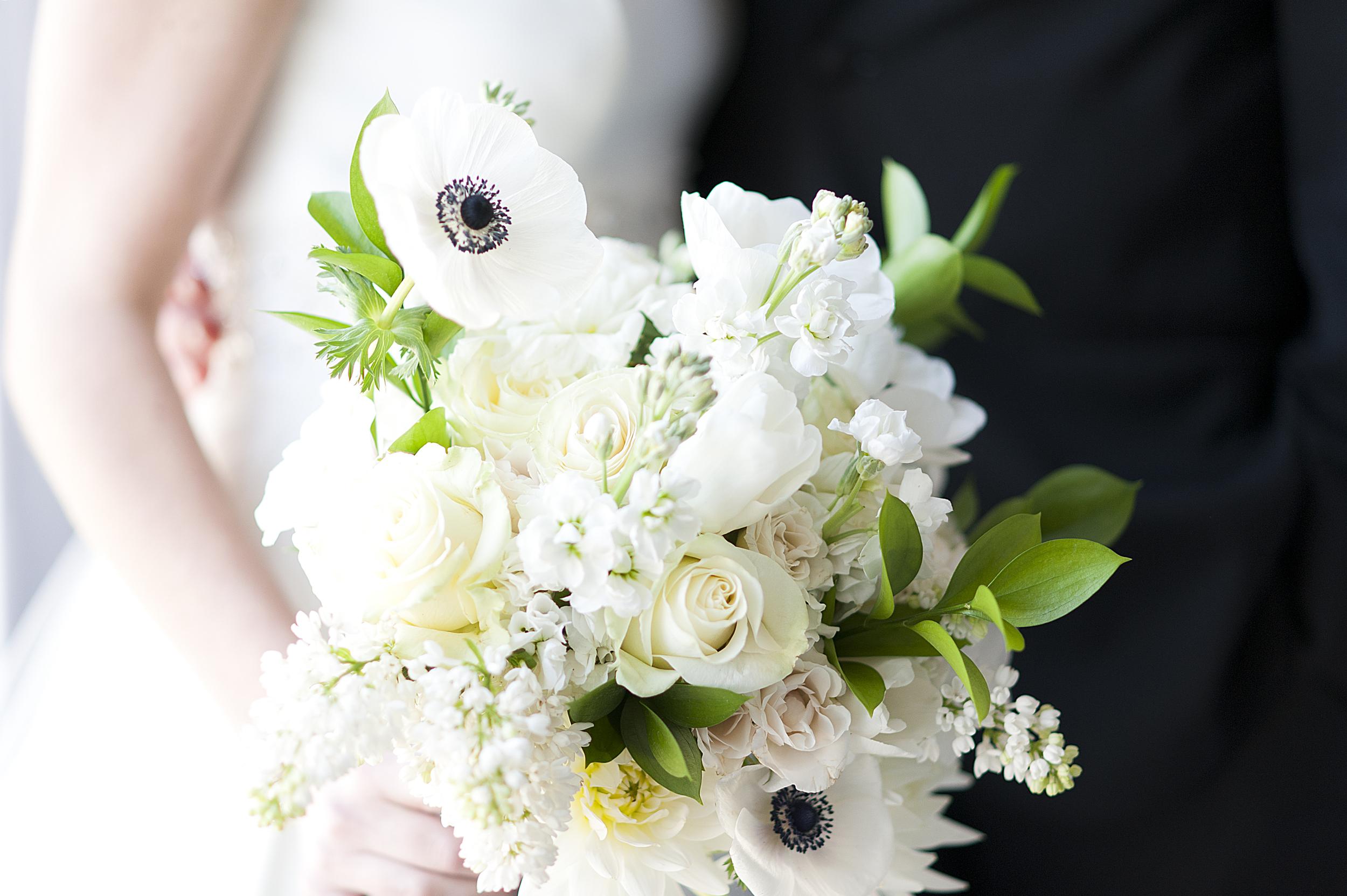 White bridal bouquet - eversomething.com