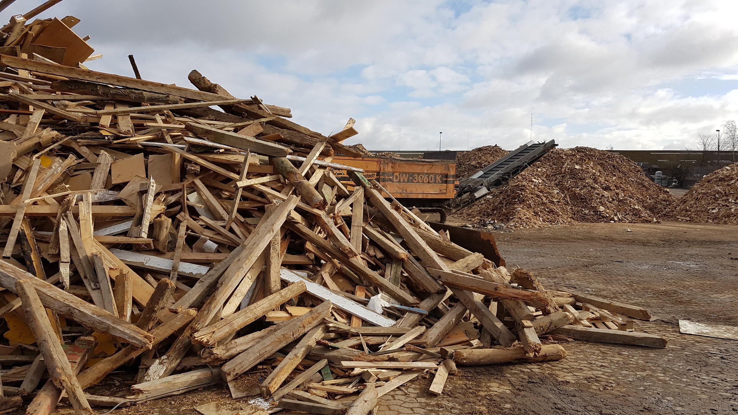 """""""Affaldstræ"""" af god kvalitet fra byggebranchen og produktion, som bliver knust og lavet til flis som brændes af. Dette træ indgår i stedet for i produktionen af WOODLIVINGs interiør."""