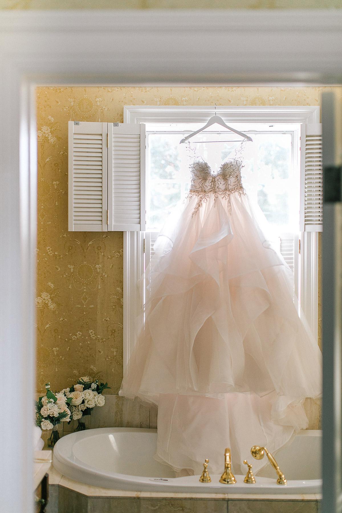 tamara-lockwood-photography-vineyard-bride-swish-list-the-old-courthouse-niagara-on-the-lake-wedding-2.jpg