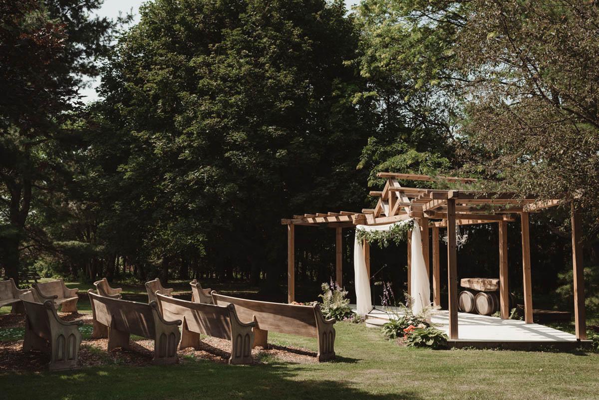 vineyard-bride-honsberger-estate-winery-niagara-wedding-kat-rizza-photography-vineyard-barn-008.jpg