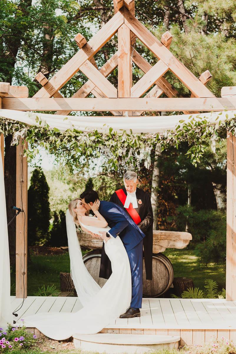 vineyard-bride-honsberger-estate-winery-niagara-wedding-kat-rizza-photography-vineyard-barn-015.jpg