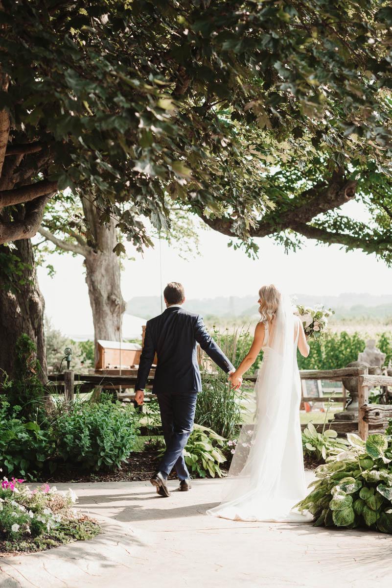 vineyard-bride-honsberger-estate-winery-niagara-wedding-kat-rizza-photography-vineyard-barn-017.jpg