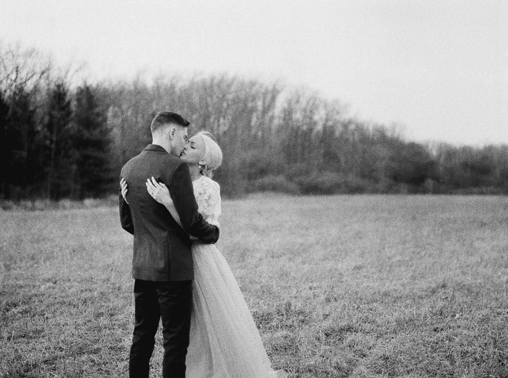 kayla-yestal-photography-vineyard-bride-swish-list-beamer-falls-manor-grimsby-engagement-10.jpg