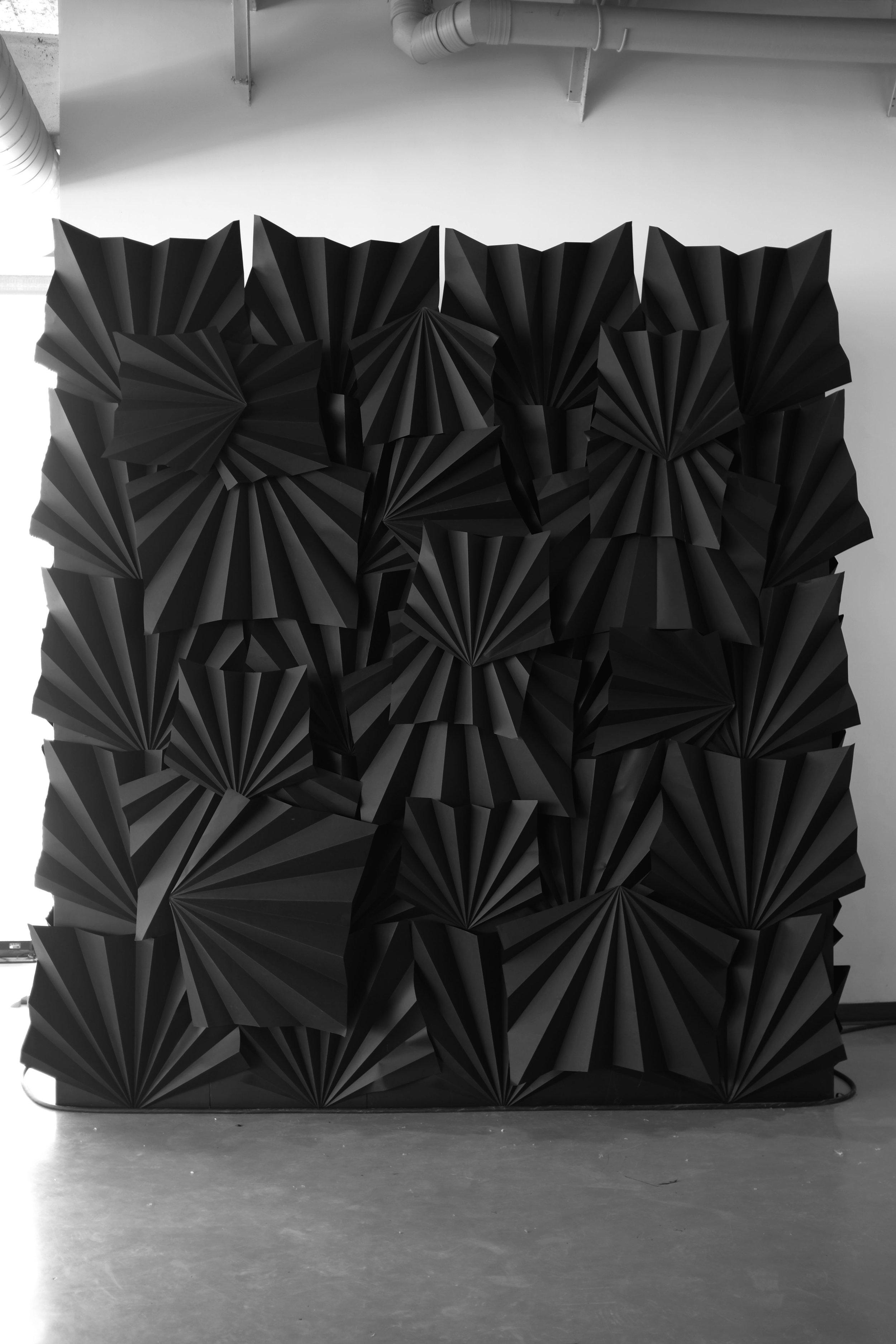 miss-cloudy-pauline-loctin-paper-art-folding-origami-installation-murale-black-wall.jpg