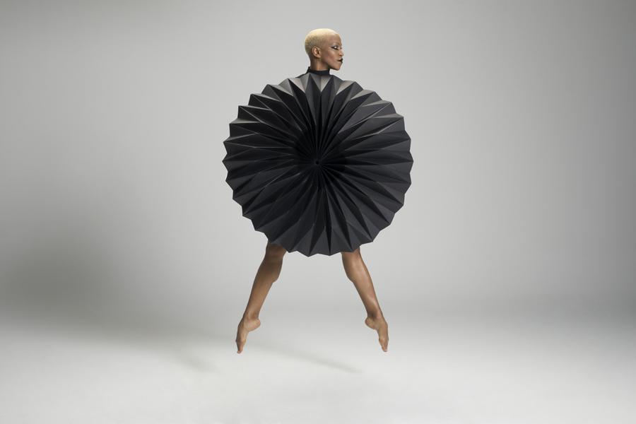 miss-cloudy-pauline-loctin-plie-project-ballerina-paper-art-origami-garment-tutu-ballet-dancer-melika-dez-folding-pointe-black-akua-03.jpg