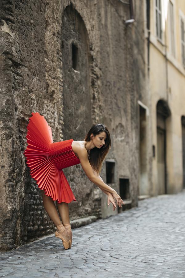 miss-cloudy-pauline-loctin-plie-project-ballerina-paper-art-origami-garment-tutu-ballet-dancer-melika-dez-folding-pointe-annalisa-rome-01.jpg