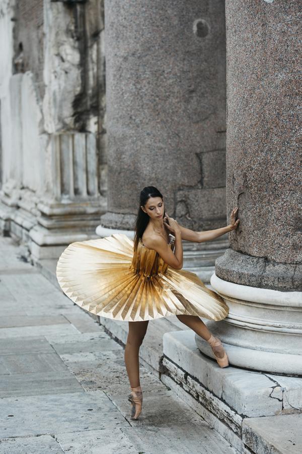 miss-cloudy-pauline-loctin-plie-project-ballerina-paper-art-origami-garment-tutu-ballet-dancer-melika-dez-folding-pointe-annalisa-rome-08.jpg