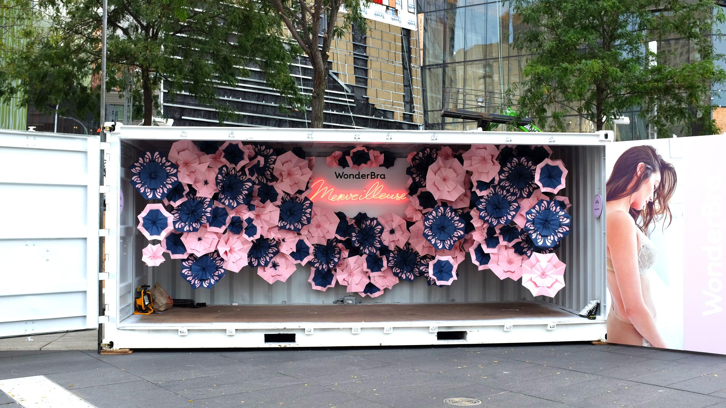 MISS-CLOUDY-PAULINE-LOCTIN-WONDERBRA-POP-UP-STORE-FESTIVAL-MODE-DESIGN-FLOWER-PAPER-ART-ORIGAMI-FOLD-COLORPLAN