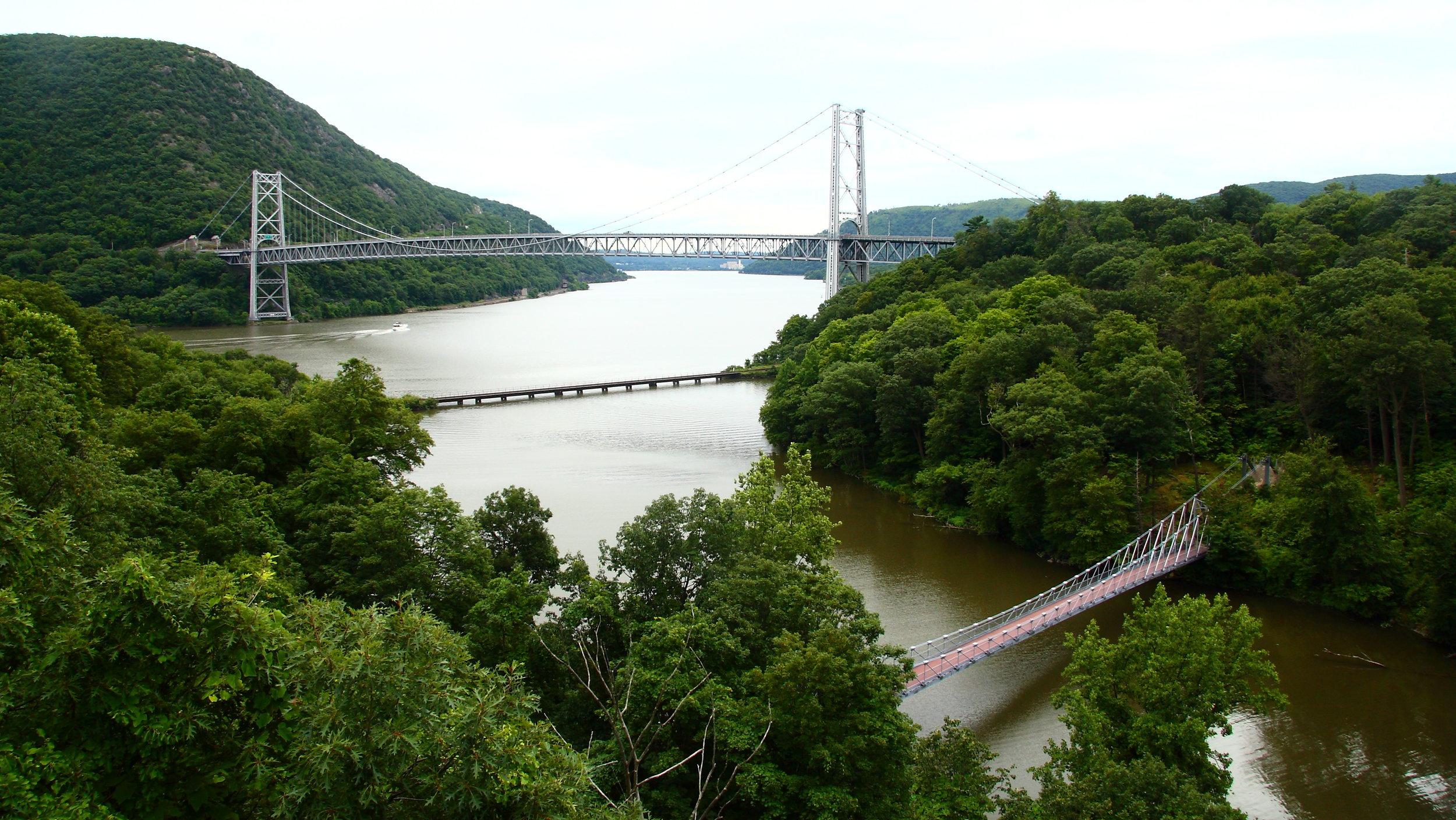 Bear_Mountain_Bridge_over_Hudson_River_in_New_York.jpg