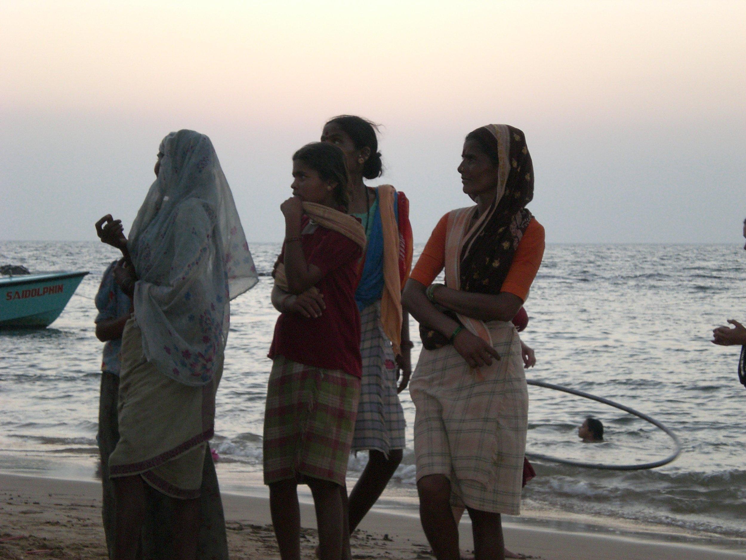 Donne in spiaggia ad Anjuna - Goa