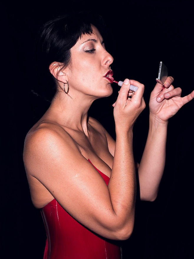 Femme fatale: To be a sexy femme fatale can also be a part of the role play. Here Mistress Kalyss Mercury adds the final touch with a red lipstick that goes with the red outfit.Photo: KRISTER SØRBØ