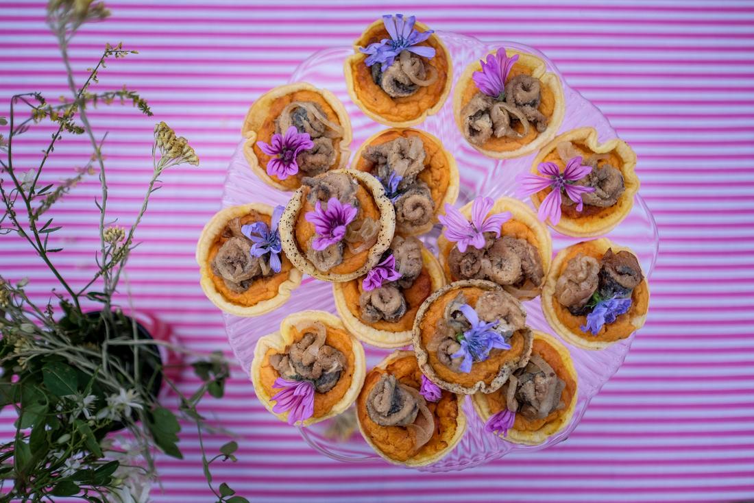Pite s batatom mariniranim srdelama i jestivim cvijećem. Pie Me up with Batat! / Sweet potato Pies with marinated sardines and eadible flowers; Pie Me up with Batat!