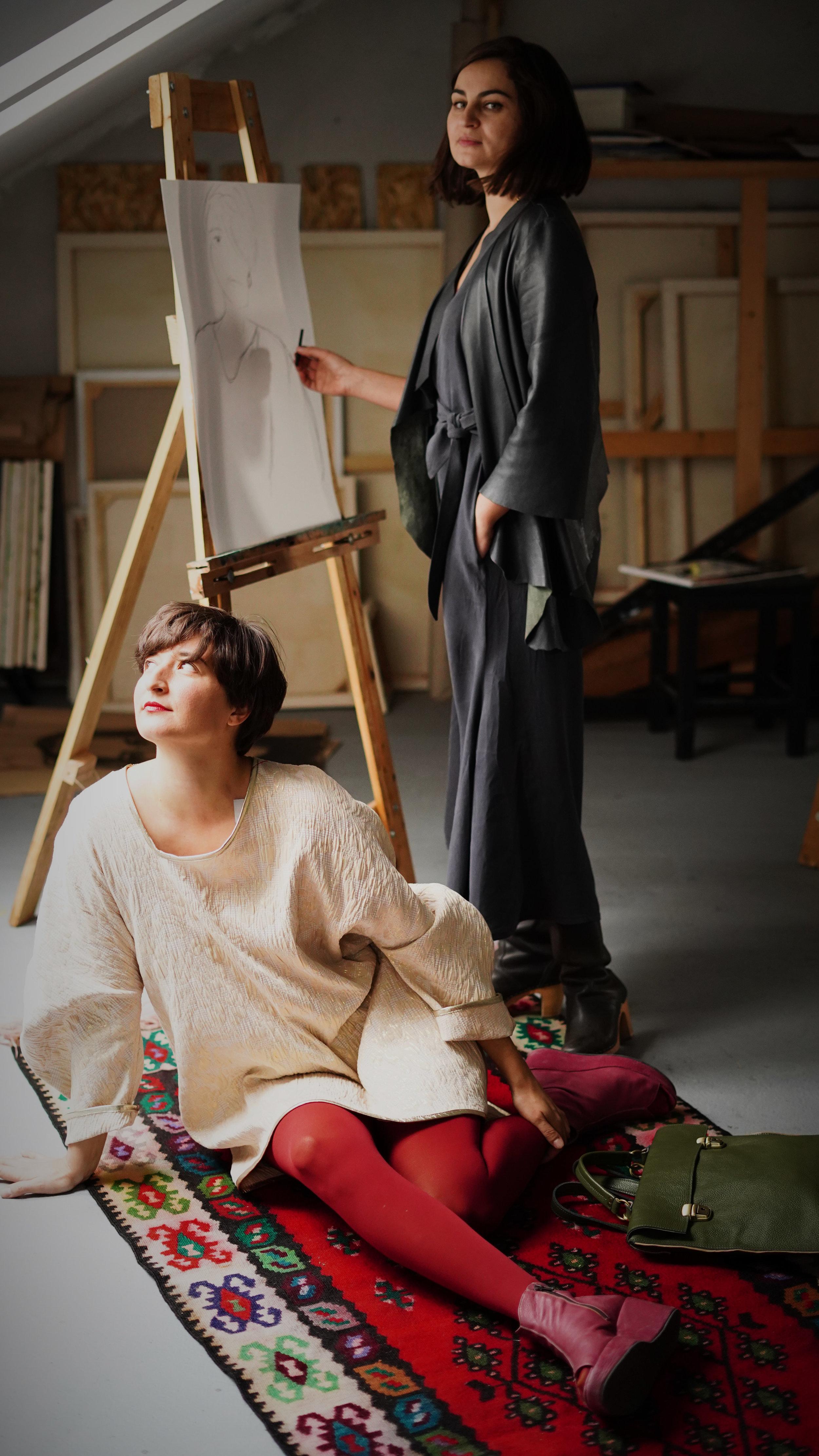 Citoyenne K haljina (Emica - sjedi), kombinezon, kožna jakna (Marijana-stoji) / Mica torbica torba