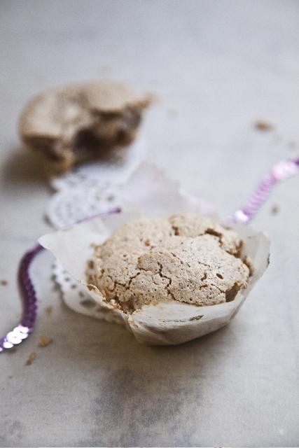 RECEPT:  4 bjelanjka  200 g šećera  250 g mljevenih oraha, badema ili lješnjaka  žličica limuna  žličica ruma  ZA NADJEV:  30-35 datulja  30-35 polovica jezgre oraha  Zagrijte pećnicu na 150°C. U posudi miješajte bjelanjke i šećer dok ne dobijete gustu homogenu bijelu smjesu. Dodajte mljevene bademe, orahe ili lješnjake. Dodajte žličicu limuna i žličicu ruma te sve zajedno miješajte još nekoliko minuta. Odložite smjesu sa strane. Očistite datulje od koštica i na njihovo mjesto ubacite polovicu oraha. Stisnite svaku datulju, umočite je u smjesu i smjestite u kalup za muffine. Ako nemate kalupe za muffine, datulje obložene smjesom, ravnomjerno i s većim razmacima, razmjestite po limu za pečenje kako se fakiri ne bi spojili. Sušite ih u pećnici najviše 1 sat