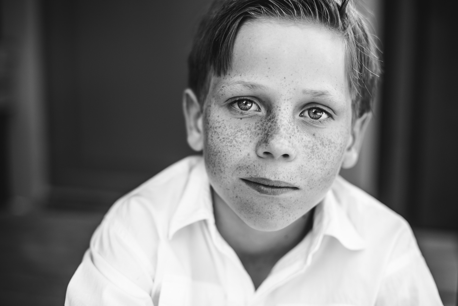 A-black-and-white-portrait-of-a-boy-with-freckles-by-Sandra-Jolly-Stockholm-child-photographer.jpg