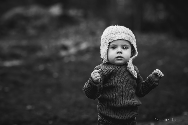 Black-and-white-baby-portrait-by-Stockholm-barnfotograf-Sandra-Jolly.jpg