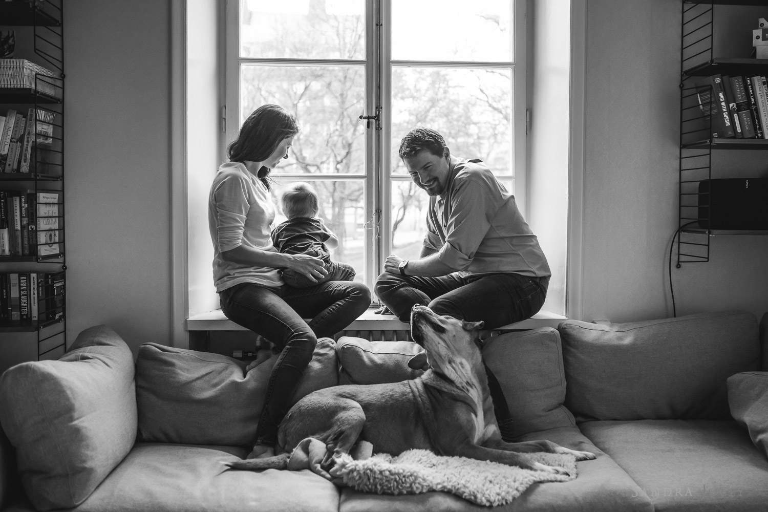 Black-and-white-lifestyle-family-image-by-Stockholm-family-photographer-Sandra-Jolly.jpg