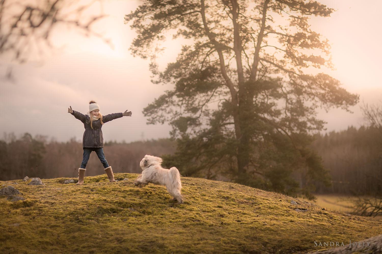 Photo-of-a-girl-and-her-dog-by-Sandra-Jolly-barnfotograf-2.jpg