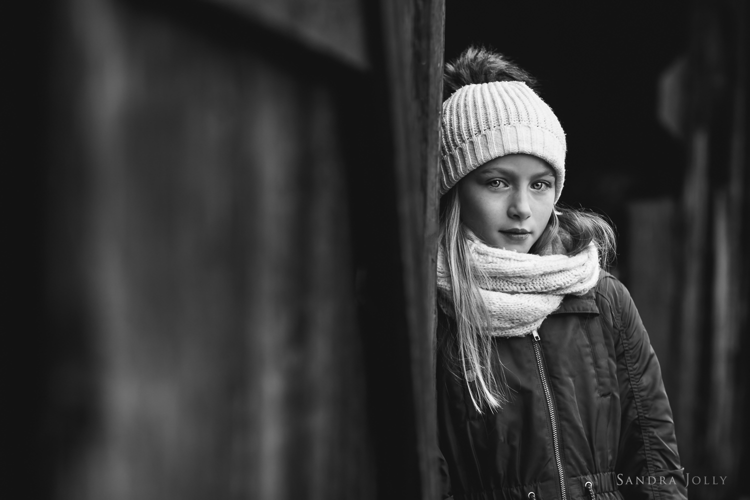 Black-and-white-image-of-a-girl-in-a-hat-by-Sandra-Jolly-barnfotograf.jpg