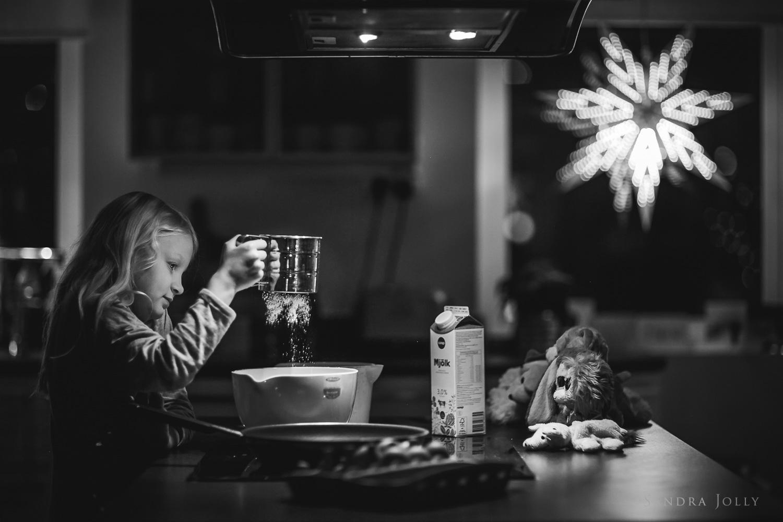 Black-and-white-lifestyle-photo-of-a-girl-baking-by-Sandra-Jolly-barnfotograf.jpg