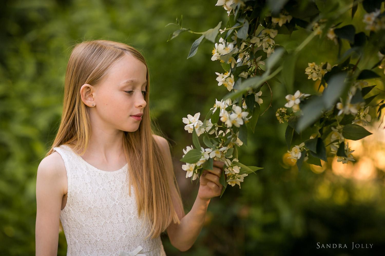 Portrait-of-a-girl-in-naturer-by-familjefotorgraf-Sandra-Jolly.jpg