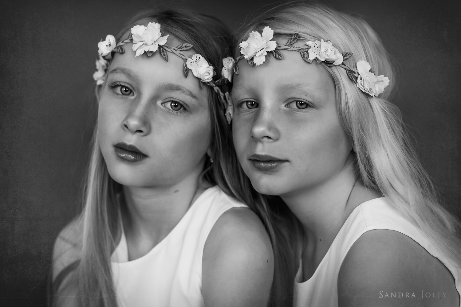 Timeless-portrait-of-sisters-by-Stockholm-family-photographer-Sandra-Jolly.jpg