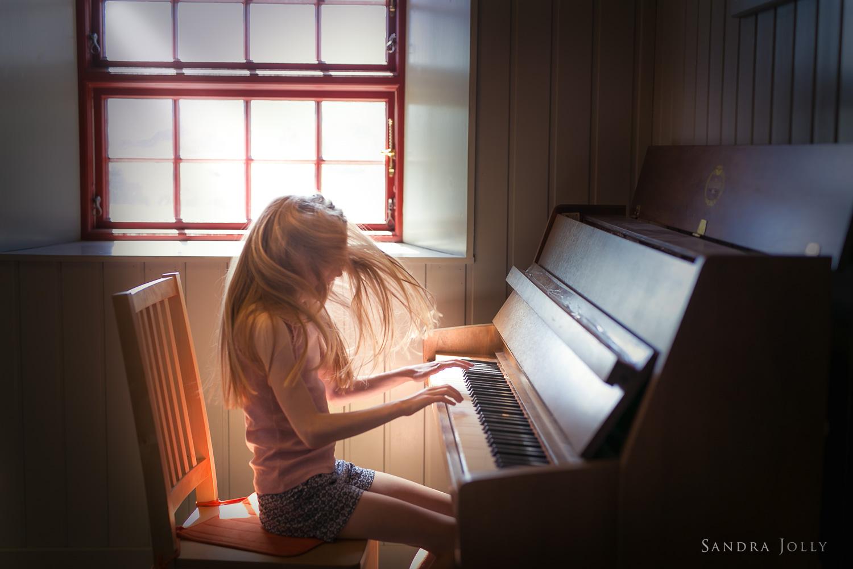 Girl-playing-piano-by-lifestyle-photographer-Sandra-Jolly.jpg