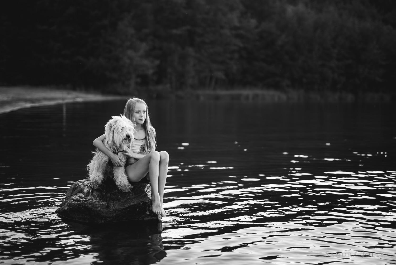 Girl-and-dog-in-water-by-Stockholm-barnfotograf-Sandra-Jolly.jpg